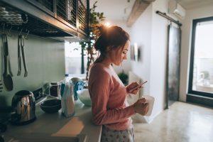 Cum să ai grijă acasă de o persoană care a fost diagnosticată cu coronavirus