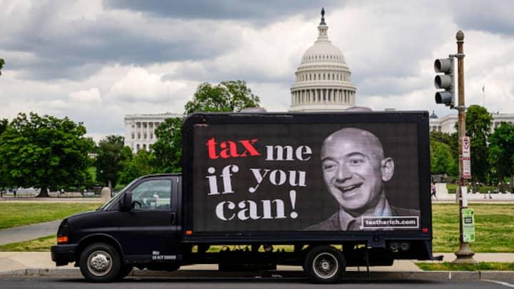 Ziua Impozitelor: Milionarii care sunt în favoarea creșterii impozitelor bogaţilor au protestat în fața casei CEO-ului Amazon, Jeff Bezos