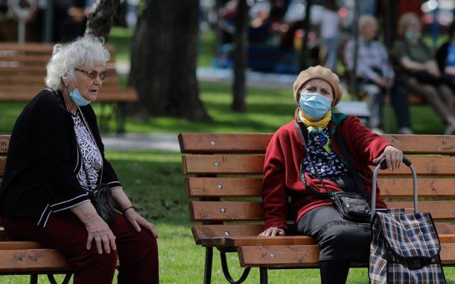 Ce se întâmplă cu amenzile pentru purtarea necorespunzătoare a măștii. Cazul pensionarei care și-a șters ochelarii aburiți și s-a trezit în proces cu Poliția