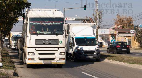 TIR-urile vor circula azi cu viteză redusă pe șosele. De ce protestează transportatorii