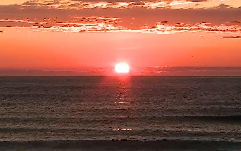 Soarele arzător e un adevărat pericol pentru copiii ținuți pe plajă la orele prânzului