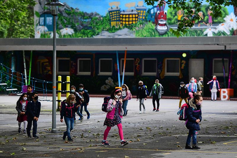 Decizie: Copiii între 6 și 12 ani sunt exceptați de la carantinare la venirea din țări aflate în zonele galben și roșu