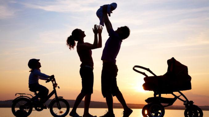 """CEDO: Atribuirea automată unui copil a numelui tatălui, urmat de cel al mamei, este """"discriminatorie"""""""