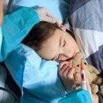 Părinții vaccinați care au copii mai mari de 7 ani, infectați cu Covid, nu pot primi concediu plătit. Legea nu prevede această situație